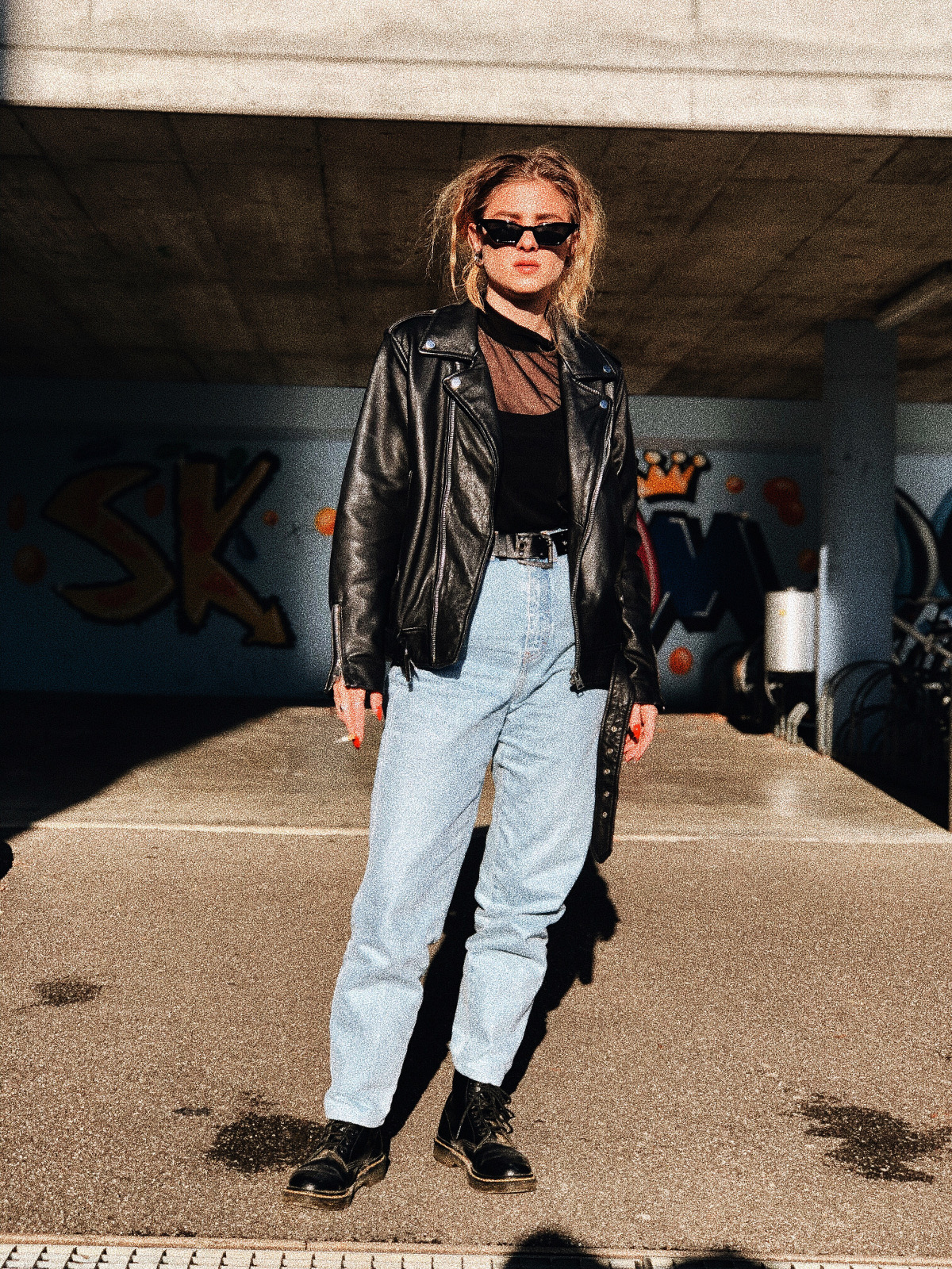 Lederjacke mit Jeans, der 90er-Style